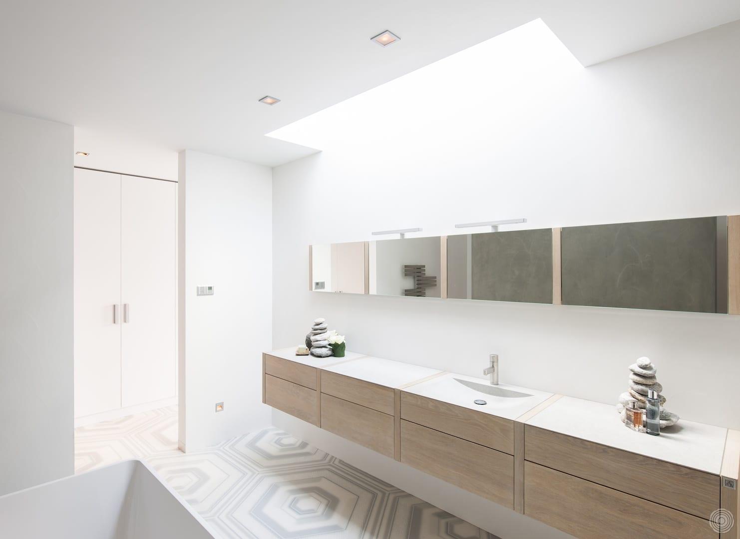 minimalistisches badezimmer mit oberlichter und moderne spiegelschrank und waschtisch mit  schubladen