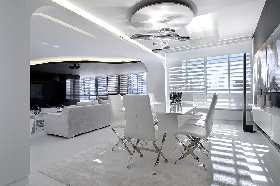 luxus wohn esszimmer weiß mit designer esstisch und polsteresszimmerstühlen weiß-moderne deckenlampe und fensterdekoration