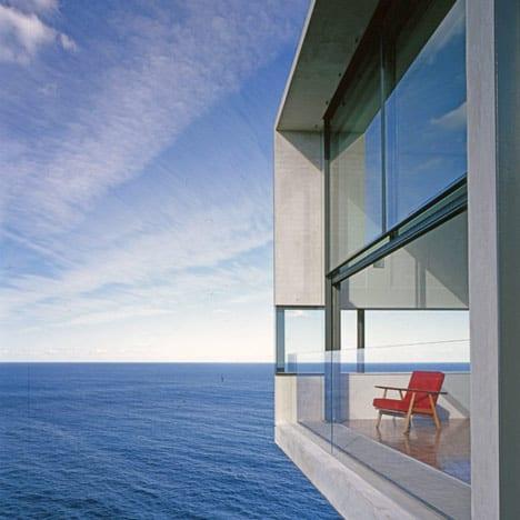 modernes wohnzimmer mit schiebbarem nach oben panoramafenster