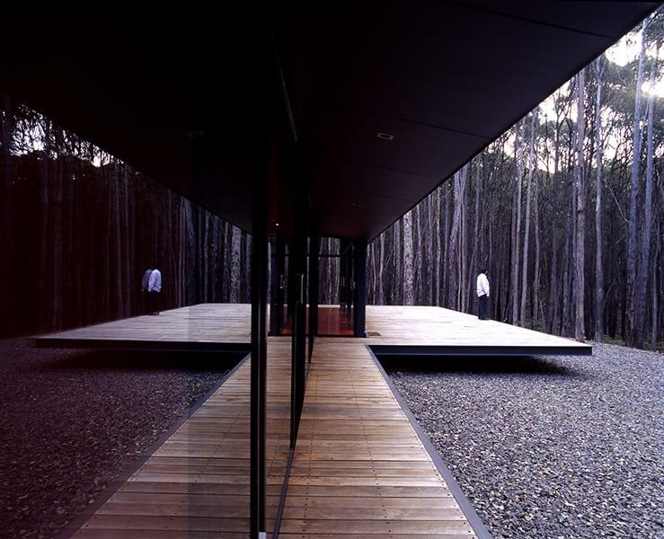 minimalismus - elegantes temprärbau mit holzgang und terrasse