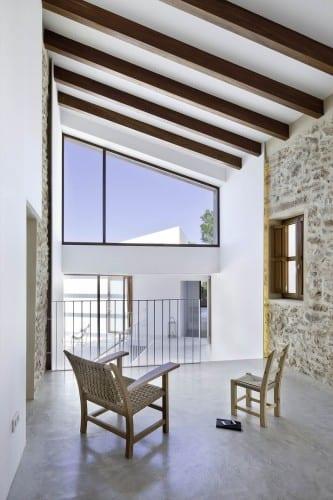 maisonetteartige gestaltung-luxus wohnzimmer- raumgestaltung in weiß mit natursteinwänden und panoramafenster