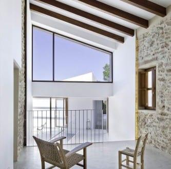 Modernes haus mit versetzten ebenen und schr g dach can for Modernes haus dach
