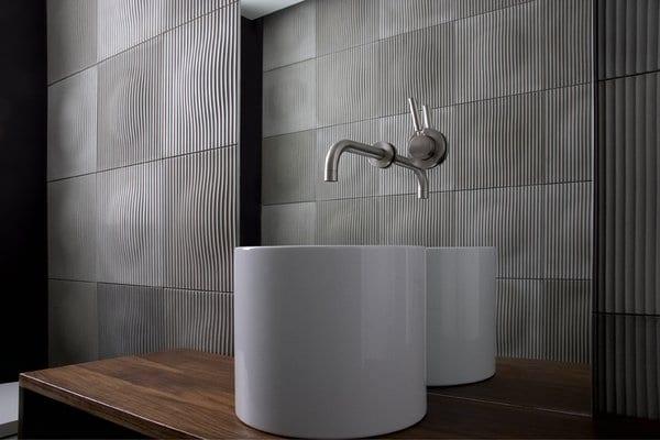 modernes badezimmer interior mit waschtisch aus holz und badezimmerfliesen aus beton