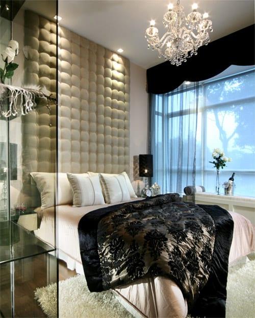 luxus schlafzimmer interior kopfbrett raumhoch und gardinen schwarz-schicke bettdecke schwarz