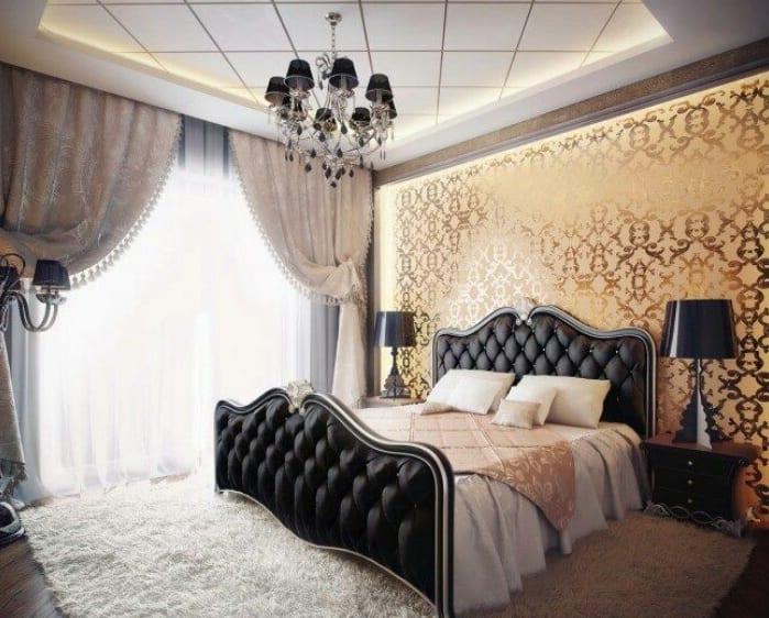 luxus schlafzimmer inspiration mit quin bett schwarz und wandgestaltung mit goldenem tapete im barock stil-deckengestaltung mit  indirekter beleuchtung