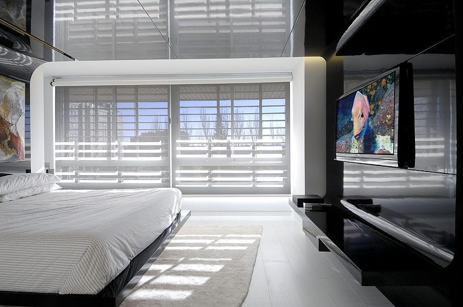 luxus schlafzimmer mit wohnwand schwarz und fensterdekoration mit weißen sinnenschutzpaneelen