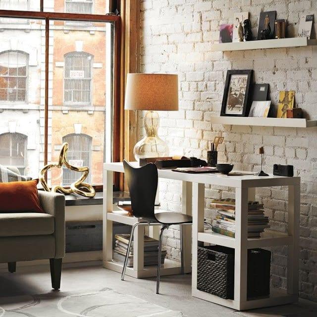 mein wohnzimmer mit ziegelwand weiß und modernem büroschreibtisch weiß mit offenen fächern