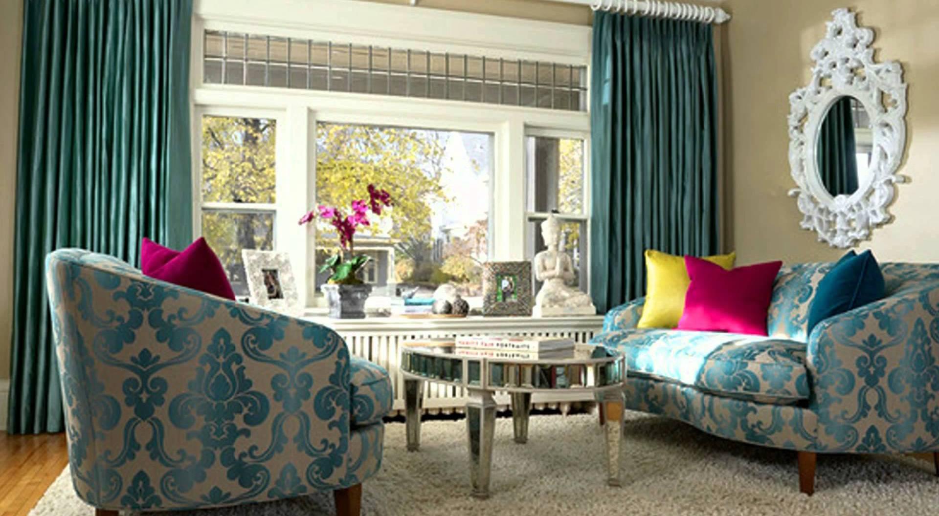 wohnzimmer inpirationen in blau mit barok motiven-zimmergestaltung mit wandfarbe beige und gardinen blau-polstersofas in beige und blau mit farbigen kissen