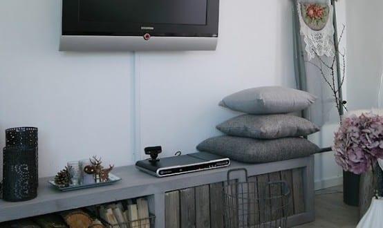 modernes wohnzimmer mit sideboard grau und DIY couchtisch aus ...