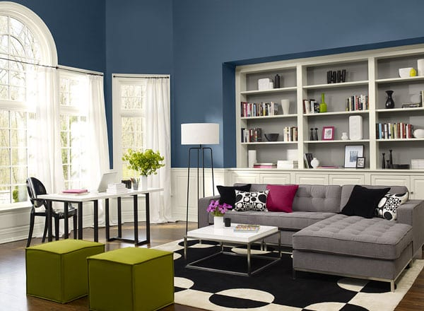 wohnzimmer inspirationen mit wänden blau und eingebaiten wandregalen weiß-polstermöbelstück ecksofa grau und traumteppich in weiß und blau-rechteckige polsterhocker grün