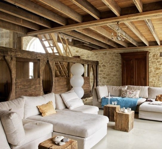 mein wohnzimmer design mit holz und weiße sofas_quadratische kaffeetische aus holz