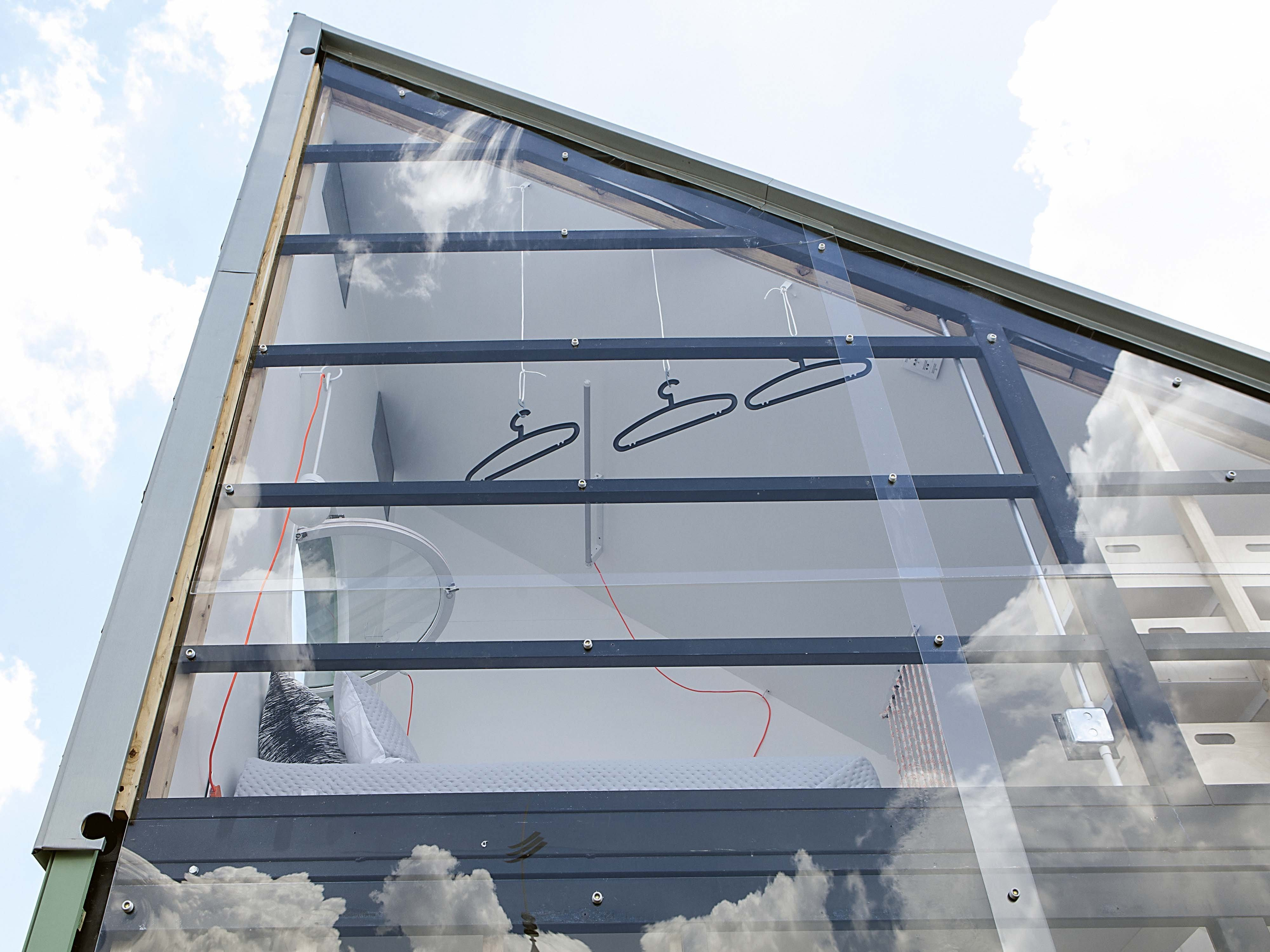 nano haus mit metalkonstruktion und glasfassade