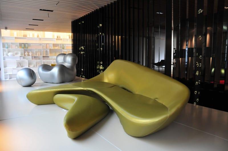 interieur design mit modernem sofa gelb mit hocker-ergonomische sitzmöbel