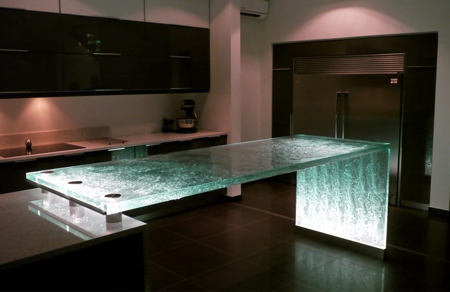 moderne küche mit bar aus belichtete dicke Glasplatte