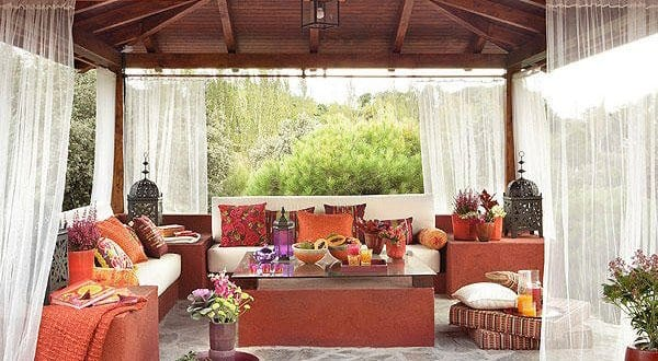 orientalische terrasse in rot gestalten mit satteldach holz freshouse. Black Bedroom Furniture Sets. Home Design Ideas