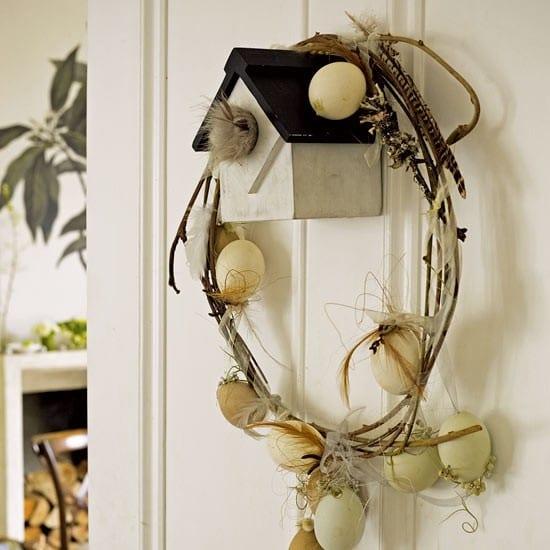 außentür deko zum ostern mit vogelhaus und ostereiern