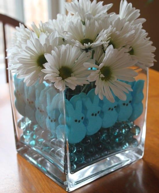 vase dekorieren mit blauen glasmurmeln und osterhasen