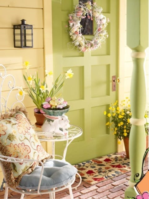 außentür grün mit osterkranz_überdachte terrasse gestalten mit blumen und ostereiern