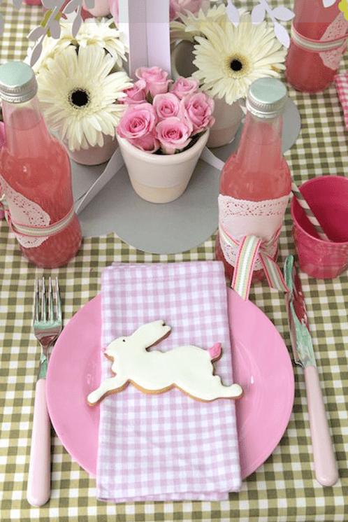 ostern tischdeko mit karierter tischdecke und teller pink