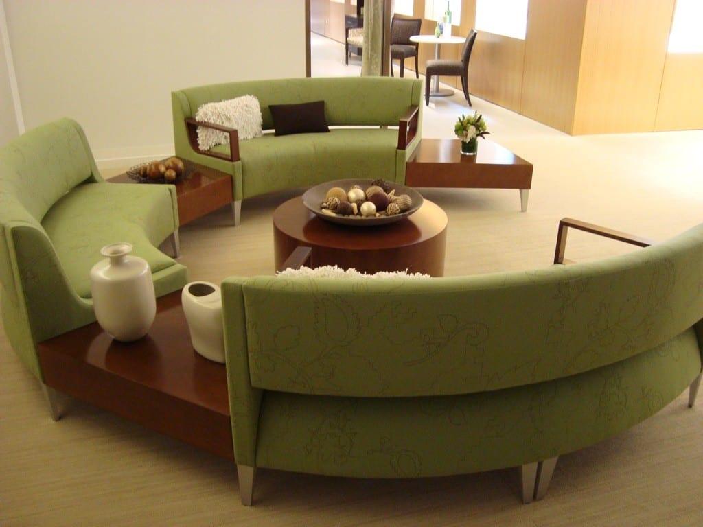runder couchtisch holz mit grünem sofa rund