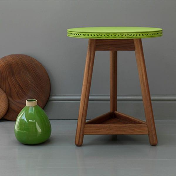 runder beisteltisch aus holz in grün
