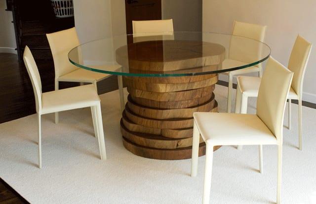 runder tisch mit grund aus holz und tischplatte glas