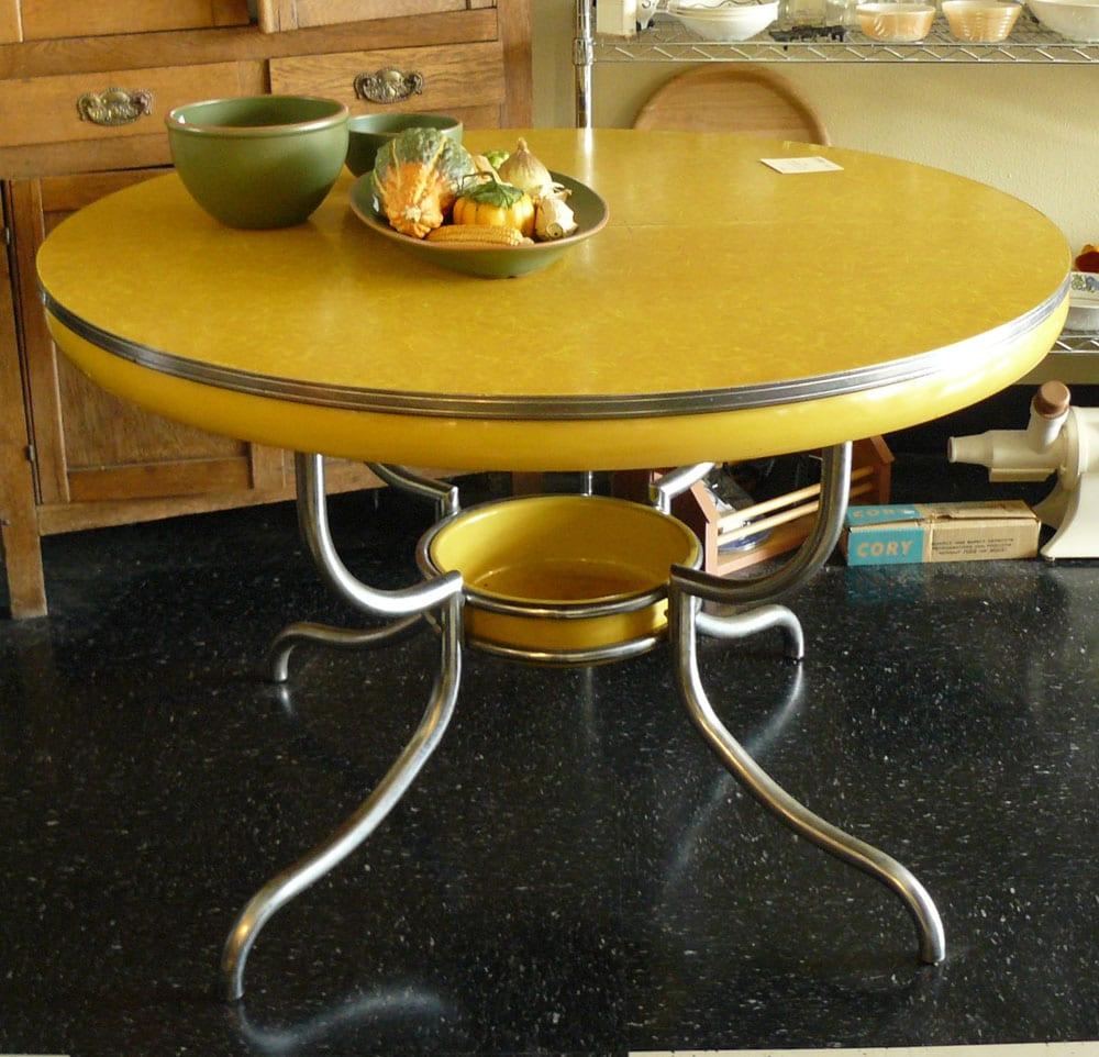 stehtisch rund mit metallbeinen und tischplatte gelb