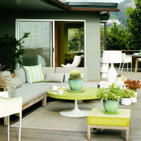 terrasse ideen mit DIY sitzecke holz und runder tisch in grün und weiß