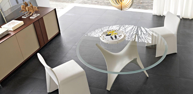 esszimmer mit schwarzen bodenfliesen und Esstisch rund