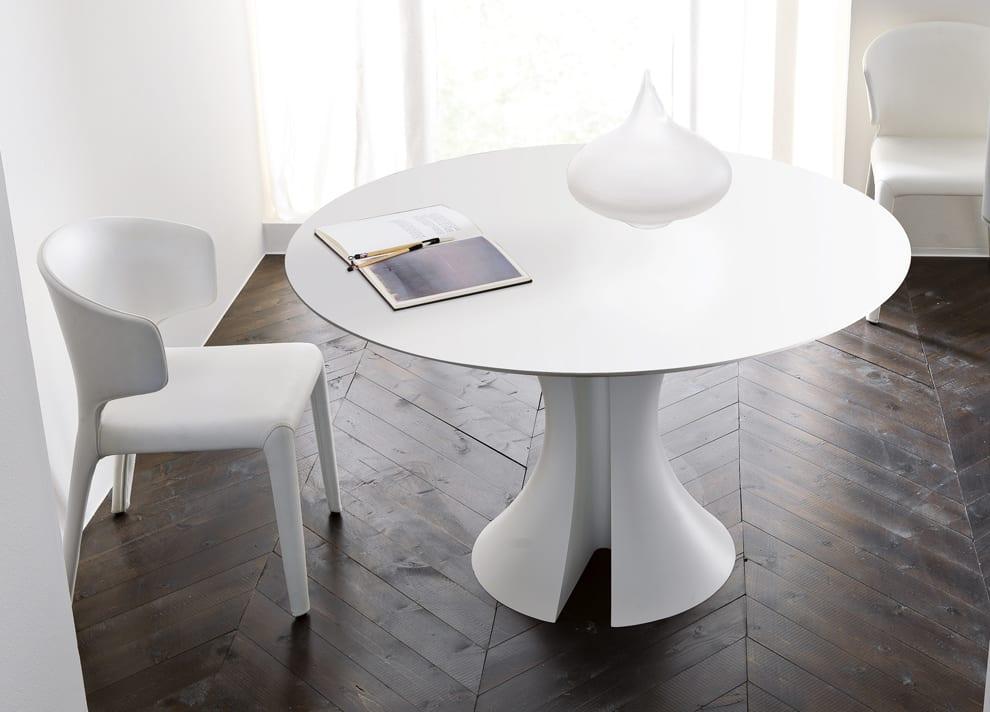 rustikaler parkettboden und weißer Esstisch rund