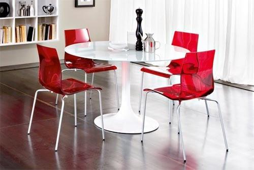 esszimmermöbel in weiß und rot für esszimmer mit dunklem Boden und wandfarbe beige
