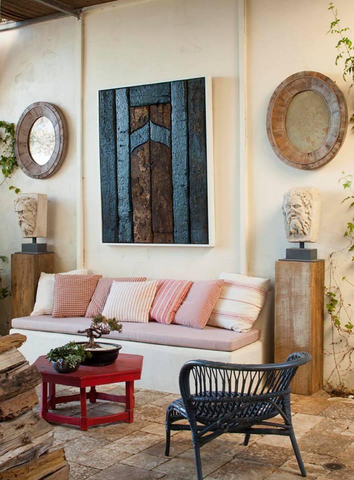 terrassen dekoration mit wandspiegln und rotem couchtisch holz