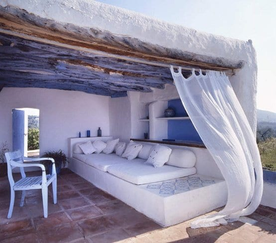 moderne terrasse gestalten mit betonsitzecke und weißen matten