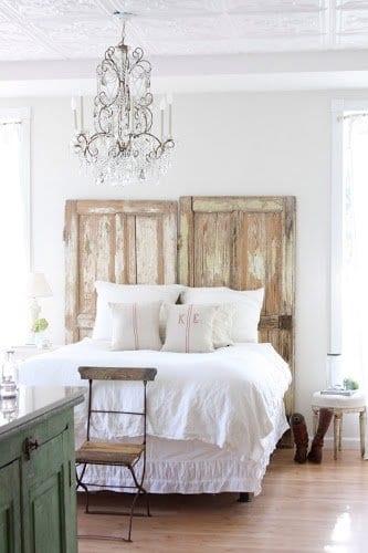 romantisches schlafzimmer inspiration mit DIY kopfbrett aus holztüren_deckengestaltung