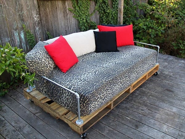 terrassengestaltung mit rollensofa aus paletten als idee für gartenmöbel