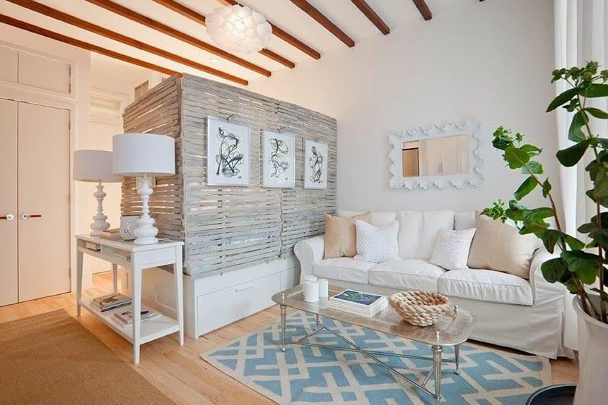 mein wohnzimmer inspirationen mit wand aus paletten als raumteiler_sideboard weiß dekorieren