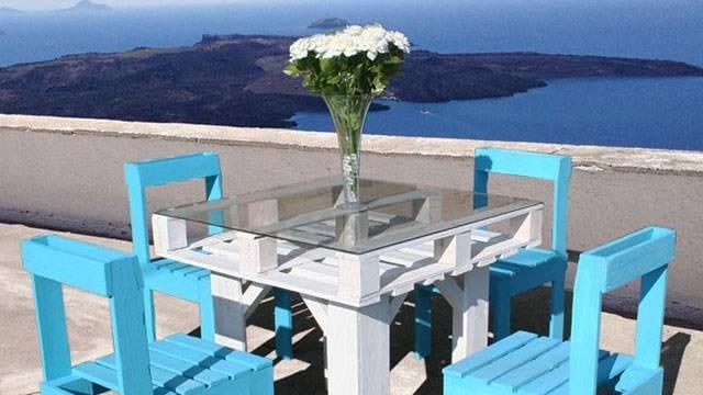 terrasse ideen mit möbel aus paletten in weiß und blau