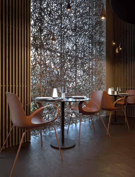 modernes interior mit wandverkleidung aus Holzlatten und Glasfassade-runde esstische mit Designerstühlen