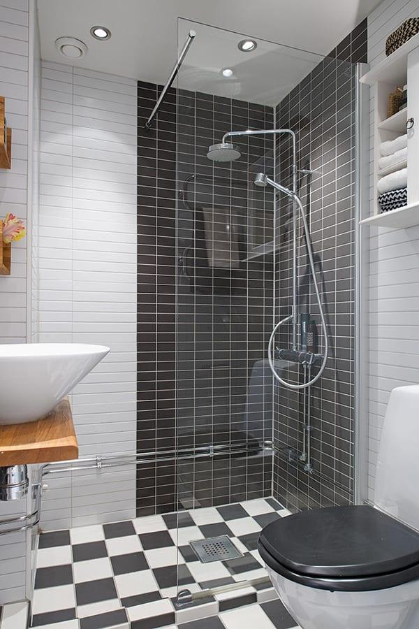 modernes madezimmer in 2 zimmer appartement mit schwarz weißen fliesen und duschkabine mit glaswand