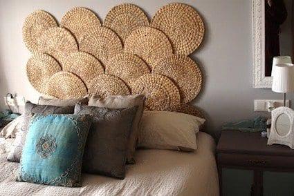 romantisches schlafzimmer_bet dekorieren mit kissen in blau und beige