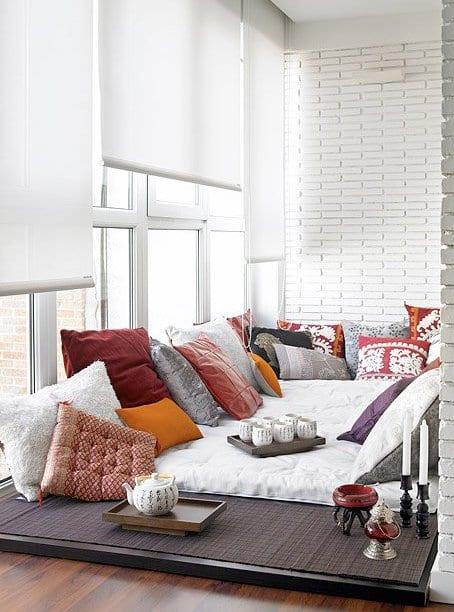 kleines schlafzimmer einrichten mit weißen fensterrollos und ziegelwände weiß