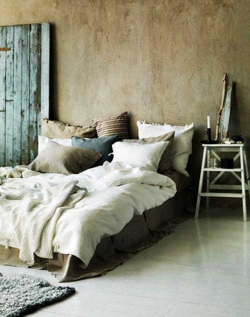 ideen schlafzimmer mit quinsize bett und bettwäsche beige_holzboden weiß und teppich schlafzimmer grau