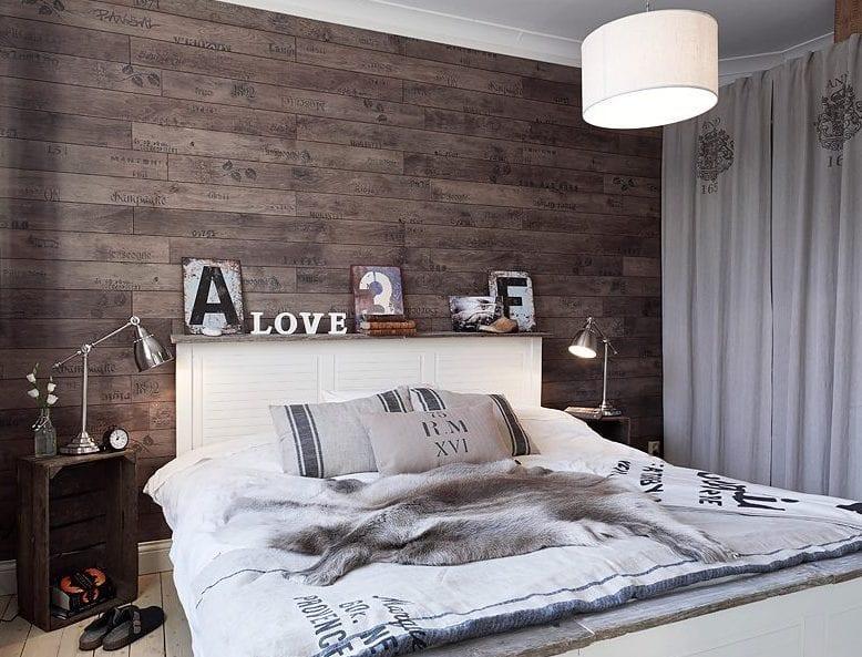 kleine schlafzimmer inspiration mit wandverkleidung aus holz und palettennachttischen