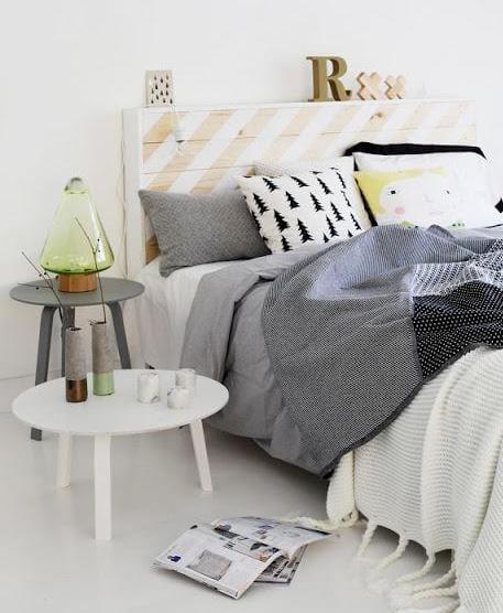 schlafzimmer isnpiration mit bett aus europaletten und runde nebentische weiß und grau_bett dekorieren mit bettdecke grau