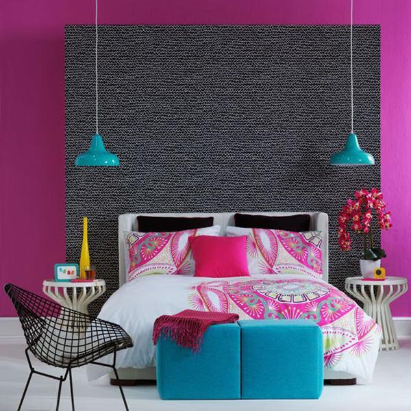 luxus schlafzimmer mit wandfarbe violett und deckenleichte schlafzimmer blau_quinsize bett mit polsterhockern blau und weiße runde nebentische