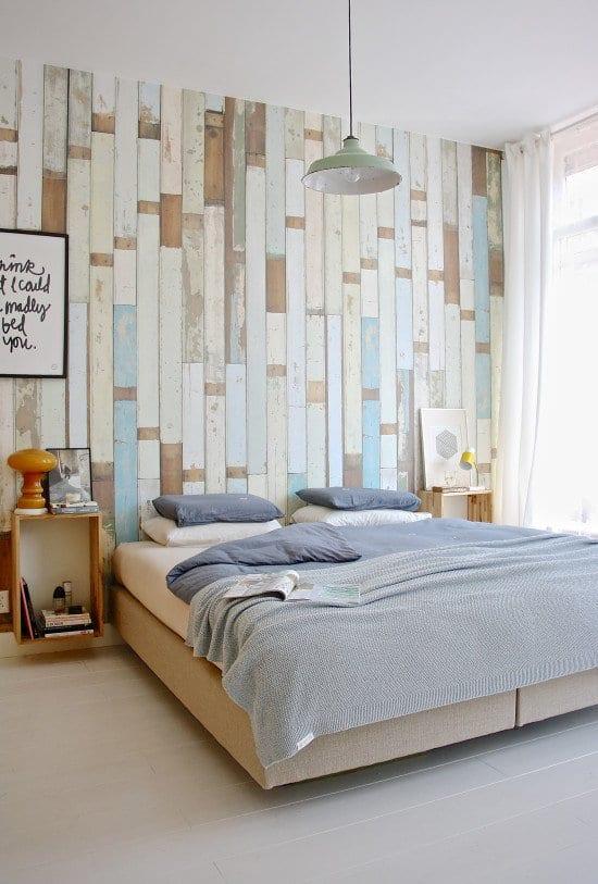 wohnideen schlafzimmer mit kreative wandgestaltung und holzkisten für nachttische