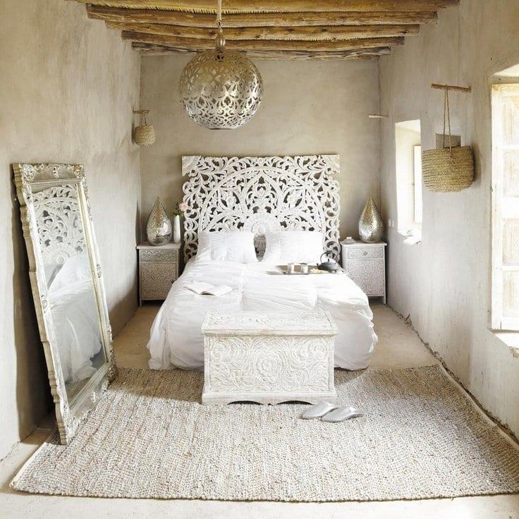 kleine schlafzimmer aus beton mit spiegel im schlafzimmer und quinsize bett mit spektakulärem kopfbrett silber_schlafzimmer dekorieren in weiß und silber mit sichtbaren deckenbalken aus holz