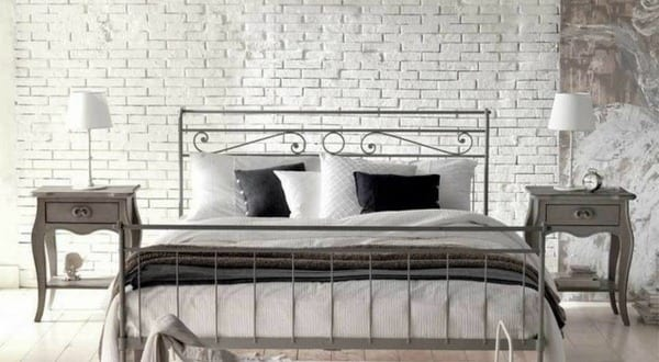 schlafzimmer inspiration f r romantisches schlafzimmer in wei mit holzboden und ziegelwand in. Black Bedroom Furniture Sets. Home Design Ideas
