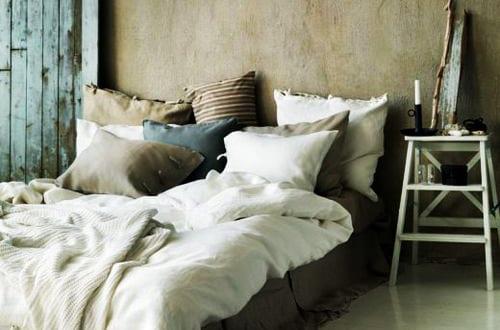 schlafzimmer inspiration f r rustikale schlafzimmereinrichtung mit quinsizebett und beige. Black Bedroom Furniture Sets. Home Design Ideas