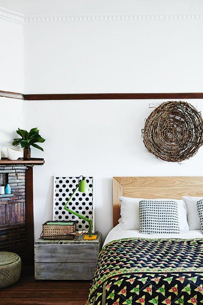 schlafzimmer inspiration mit holzbett und holzkamin für romantisches schlafzimmer
